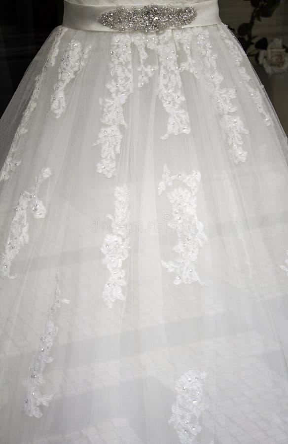 Robe blanche de jeune mariée image stock