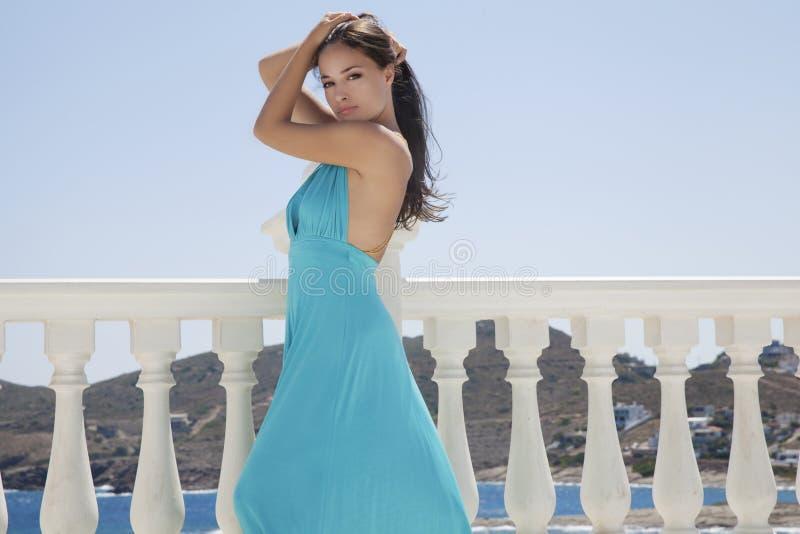 Robe bleue et mer bleue image libre de droits