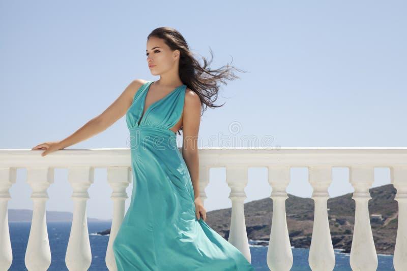 Robe bleue et mer bleue photo stock