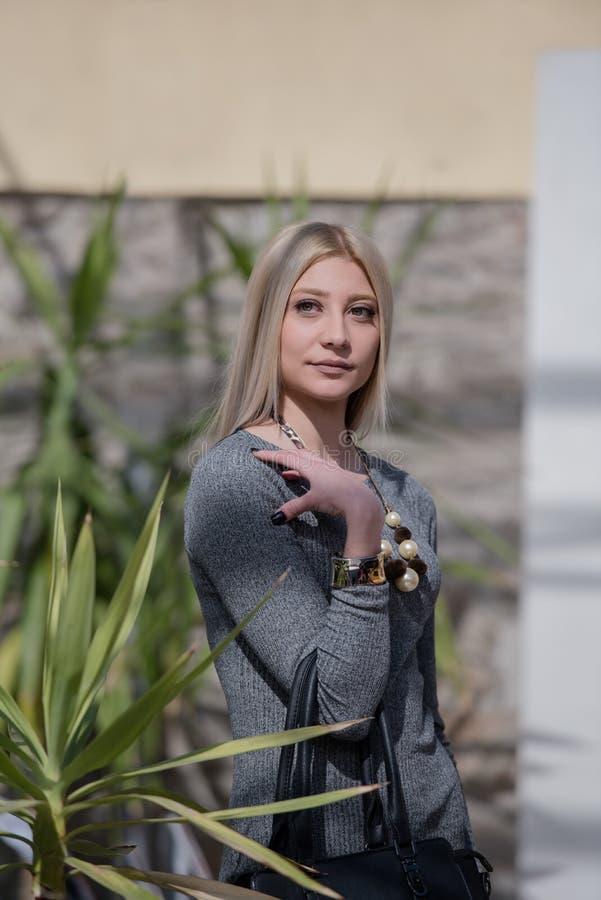 Robe blonde d'usage de femme de mode et collier fin image libre de droits
