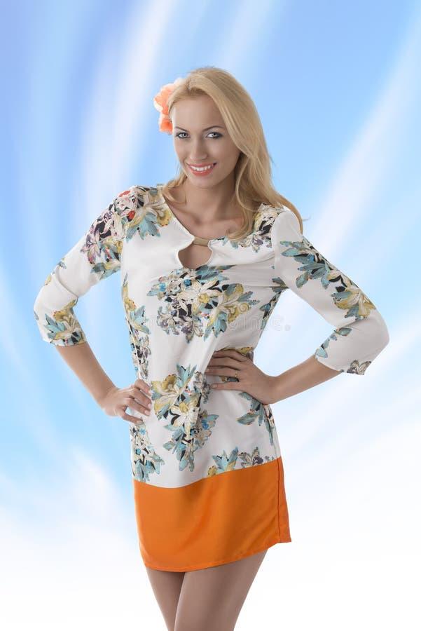 Robe blonde de vêtement avec la configuration florale elle sourit photos stock