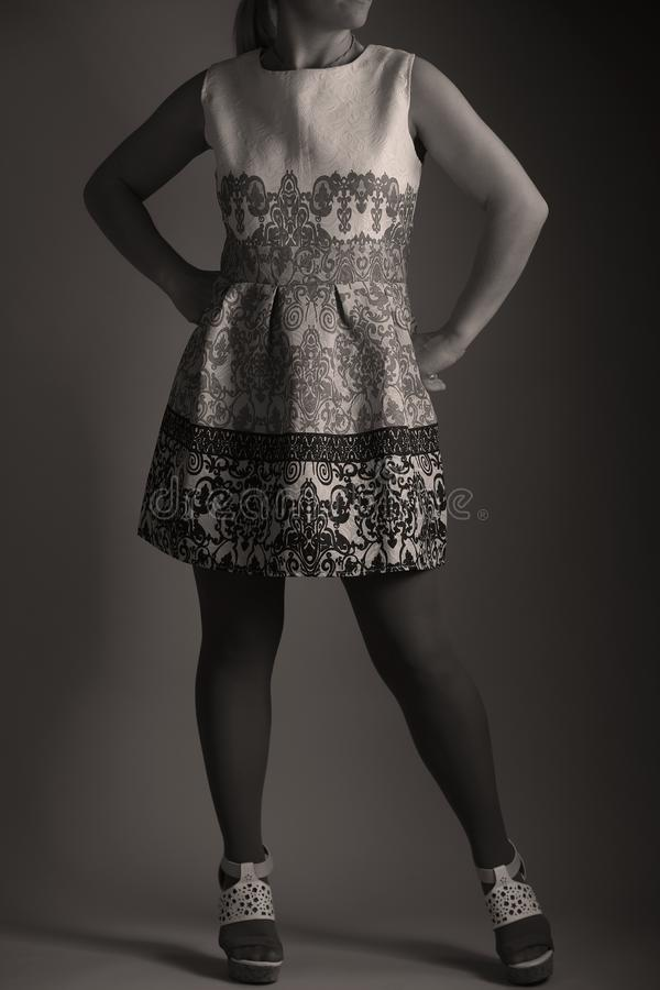 Robe brodée élégante pour des femmes dans le studio photographie stock libre de droits