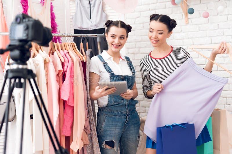 Robe colorée actuelle de deux de mode filles de blogger à l'appareil-photo photographie stock