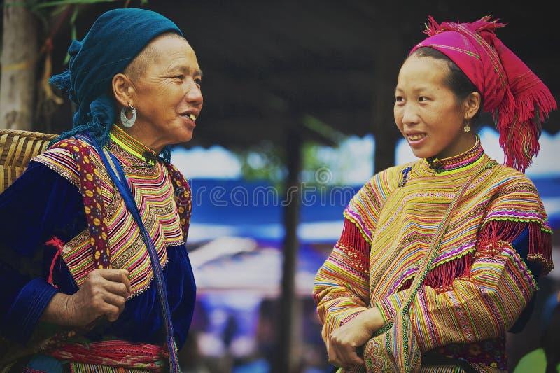 Robe colorée de la fleur Hmong chez Bac Ha Market, Vietnam photo stock