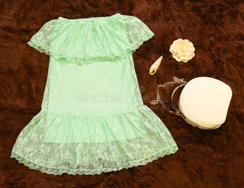 Robe d'enfant et petit sac avec des accessoires, livre de regard, catalogue de magasin, mode d'enfants image stock