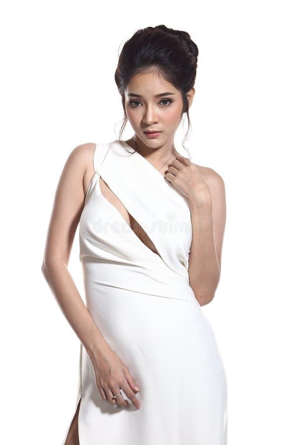 Robe de boule de robe de soirée dans la belle femme asiatique avec la mode mA image libre de droits