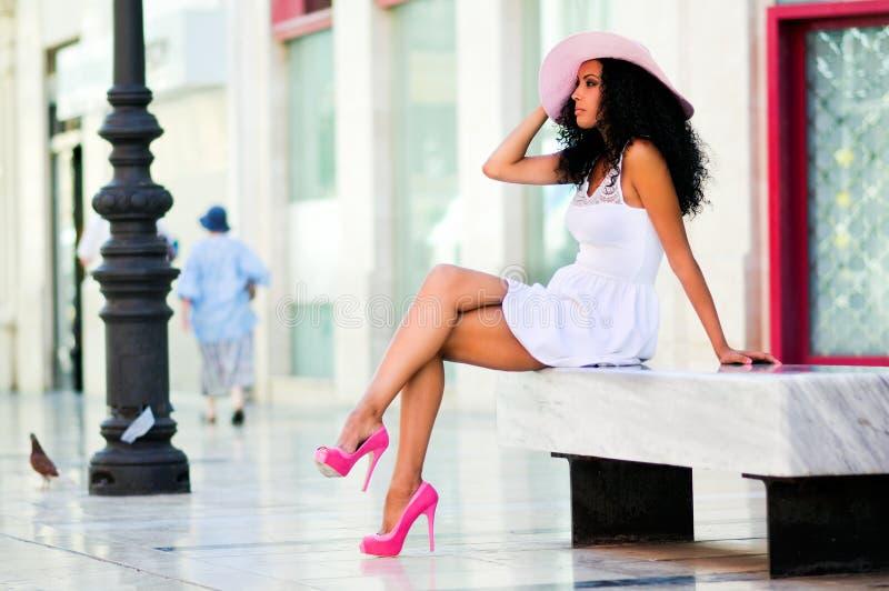 Robe de femme de couleur et chapeau de port du soleil photo libre de droits