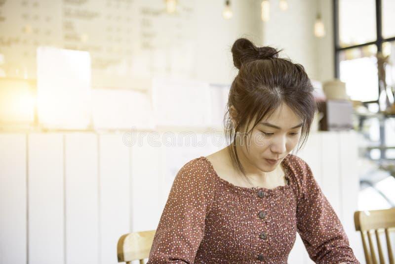 Robe de fille de l'Asie de longs cheveux belle dans le regard de tenue décontractée au somt photos libres de droits
