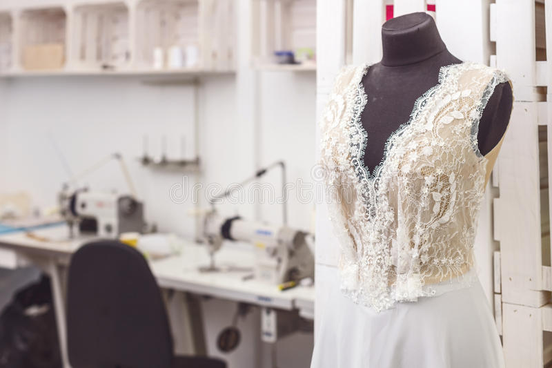 Robe de mariée merveilleuse dans la boutique de concepteur photographie stock libre de droits