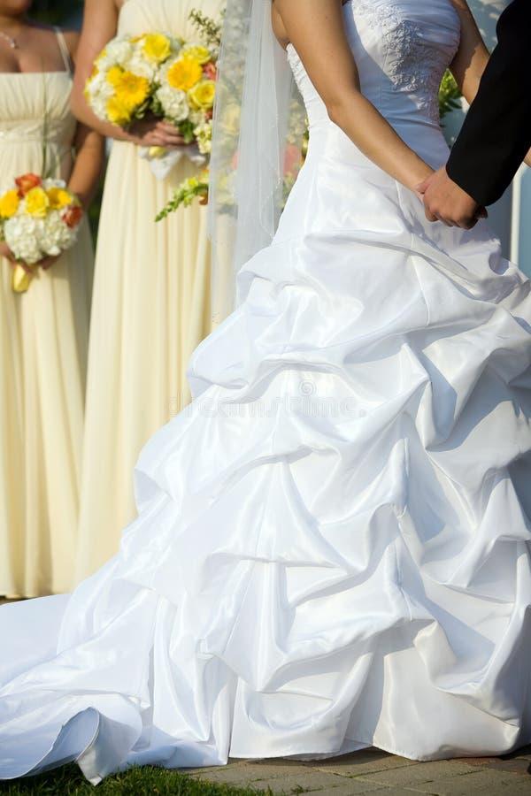 Robe de mariées pendant la cérémonie de mariage images libres de droits