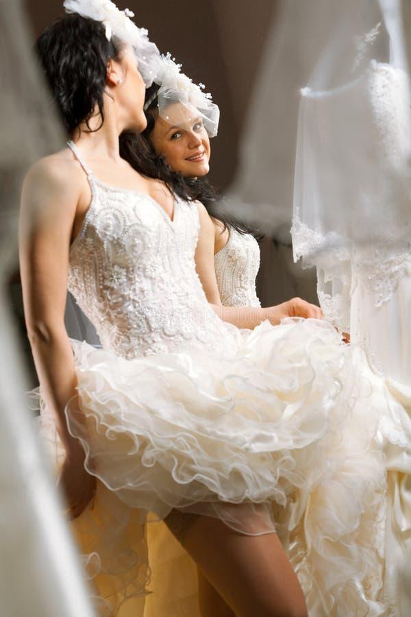 Robe de mariage blanche convenable de modèle de mode photos libres de droits