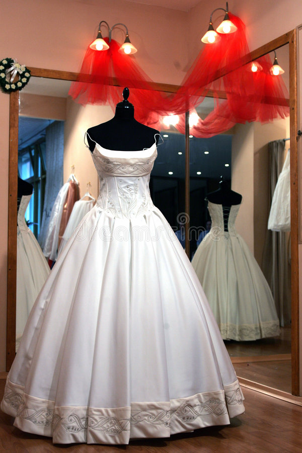 Robe de mariage dans l'hublot de système photos stock