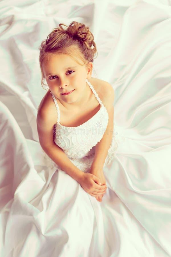 Robe de mariage de petite fille image stock