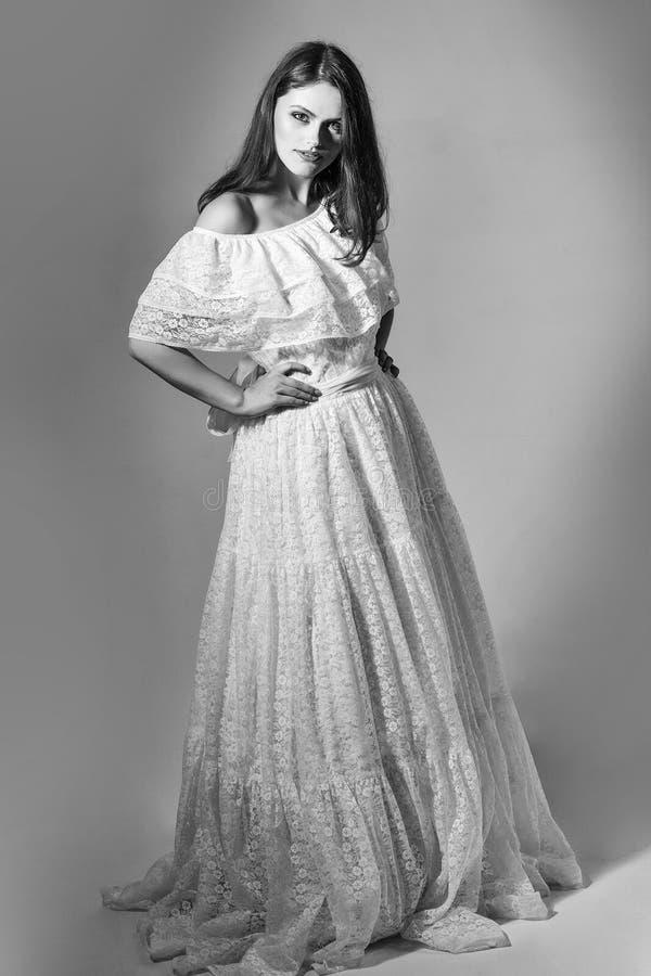 Robe de mariage pour les femmes enceintes fille sexy en épousant la robe blanche photographie stock libre de droits