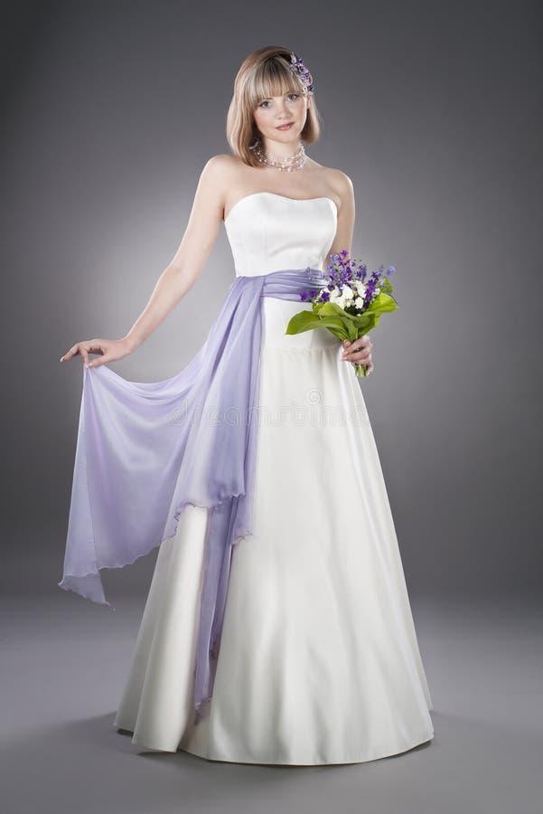 Robe de mariage s'usante de belle mariée photographie stock