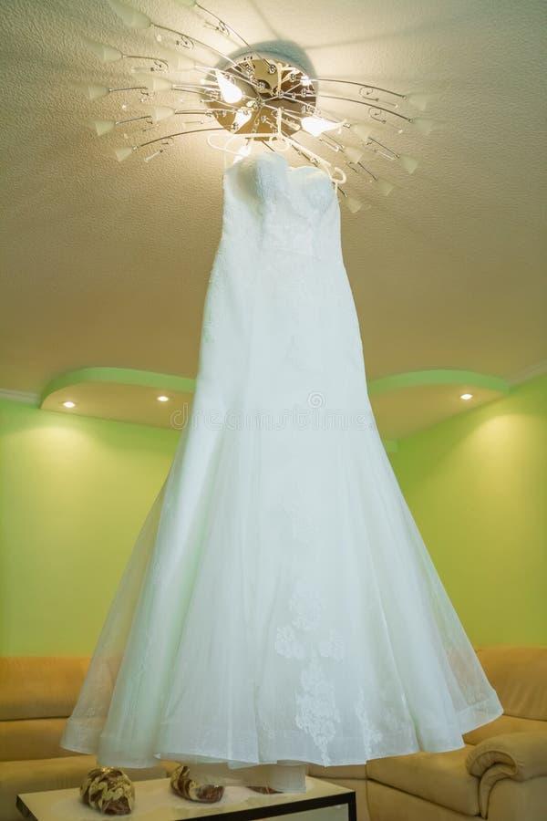 Robe de mariage sur un cintre photos libres de droits