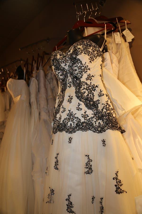Robe de mariage usage-noire et blanche formelle photo stock