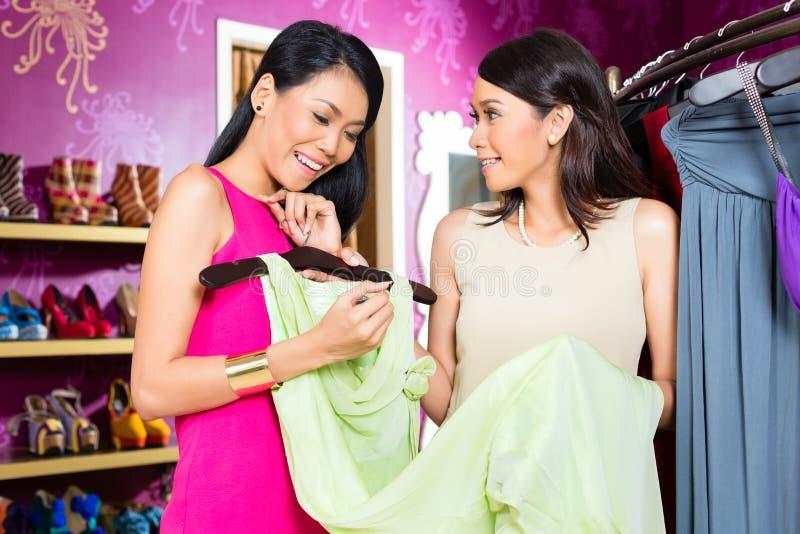 Robe de offre de mode de magasin de dame asiatique de ventes image libre de droits