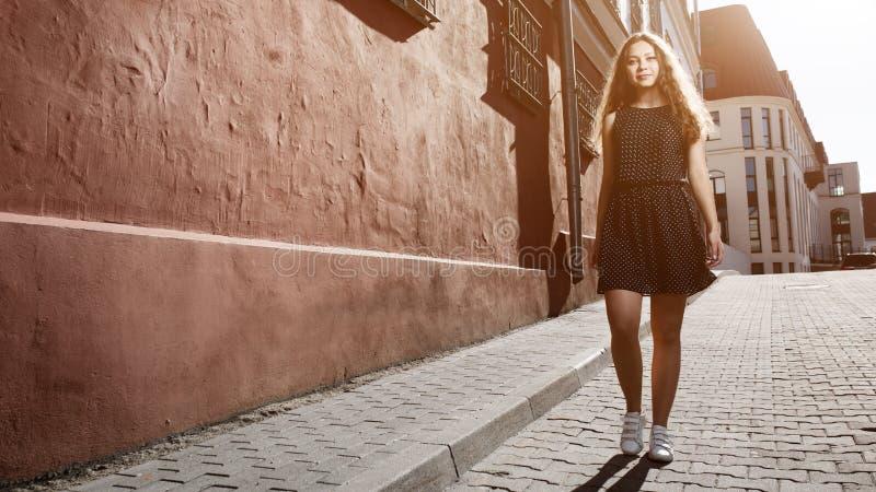 Robe de port de belle jeune femme de brune et marche sur la rue Fusée pour le texte et la conception Style de vie dans la ville photo libre de droits