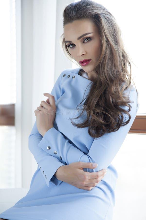 Robe de port d'élégance de belle et sexy femme photos libres de droits