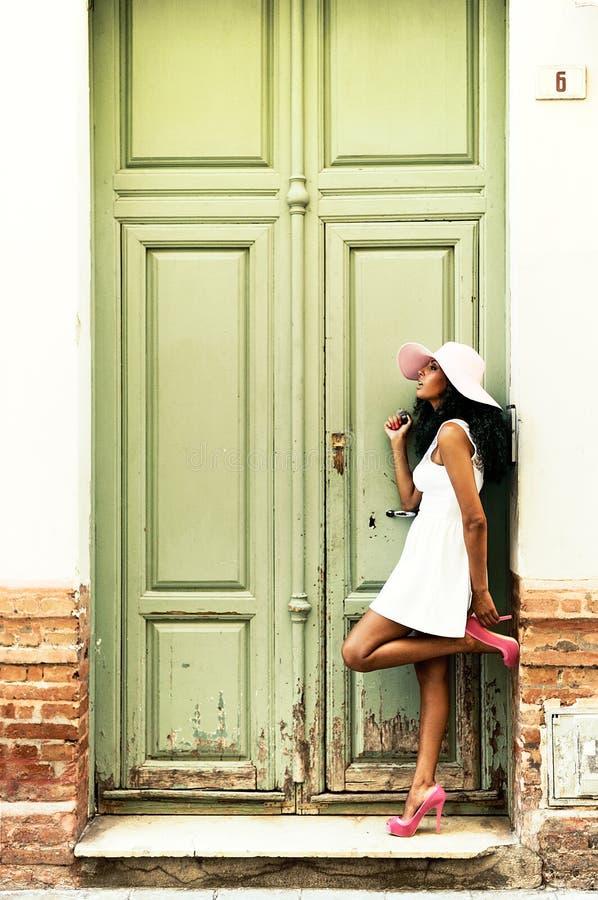 Robe de port de jeune femme de couleur photographie stock libre de droits