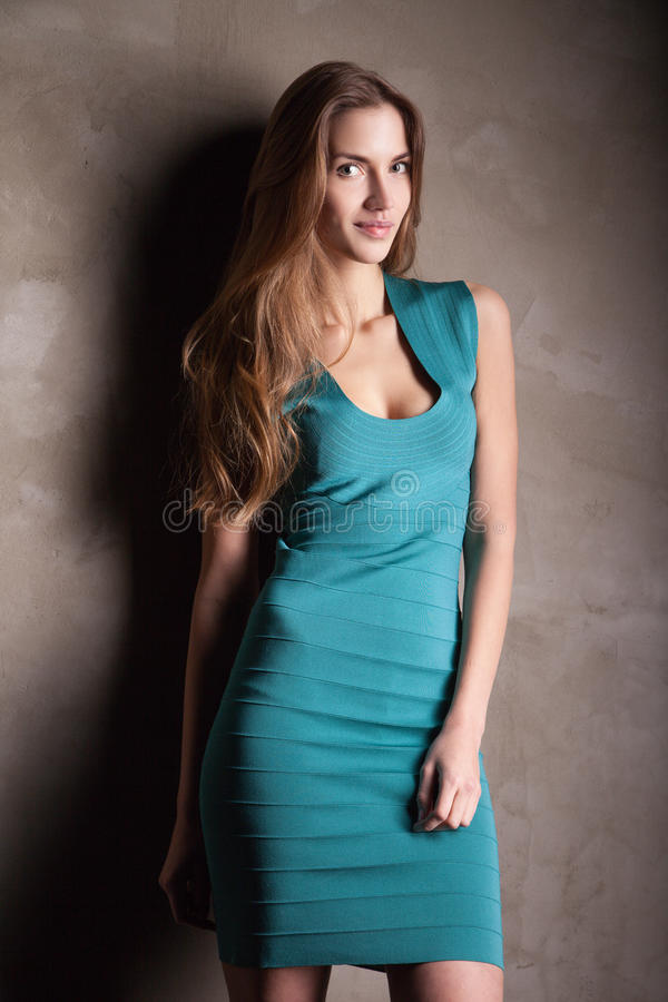 Robe de port de turquoise de mannequin photo stock