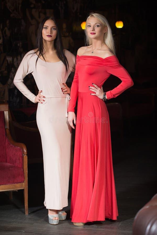 Robe de soirée de port de mannequin de deux femmes, club images stock