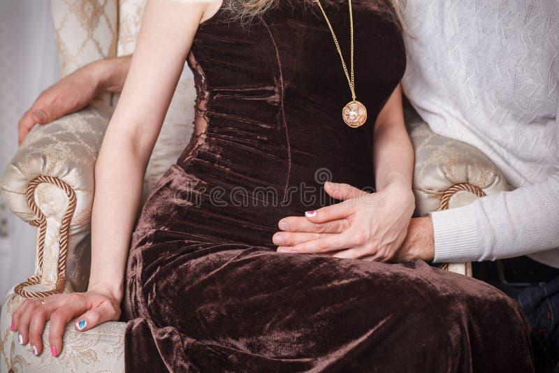 Robe de soirée enceinte de ventre images libres de droits
