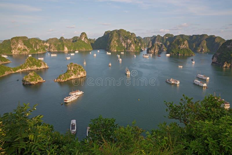 Robe di rifiuto turistiche nella baia di Halong, Vietnam immagini stock libere da diritti