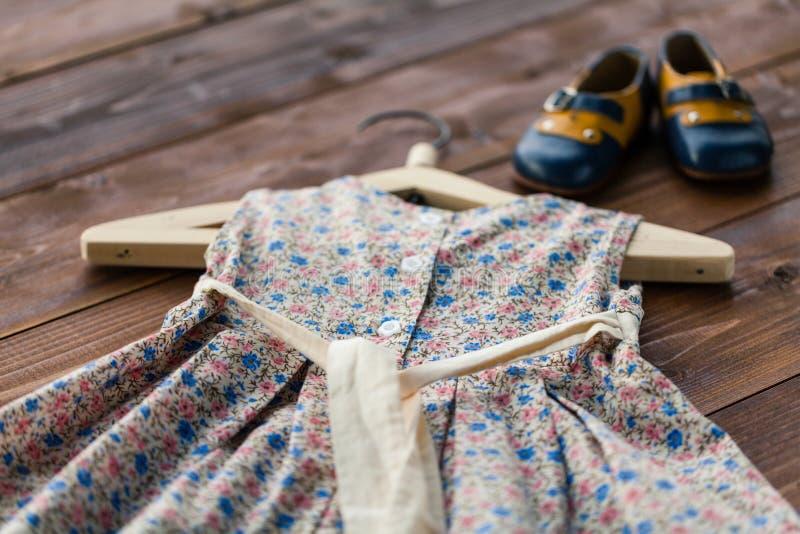 Robe du ` s de bébé de baptême accrochant sur un cintre - foyer sélectif, l'espace de copie photos stock