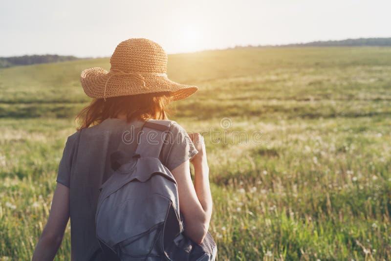 robe et chapeau de paille de toile de port de femme avec le sac à dos appréciant la nature un extérieur de marche, voyageant photographie stock