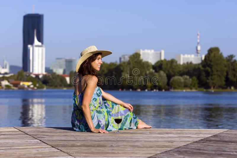Robe et chapeau de port de sourire de femme photos stock