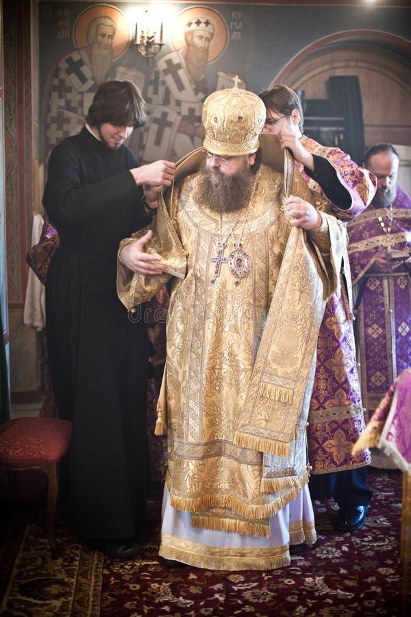 robe för bishophjälpmonks till två arkivfoto