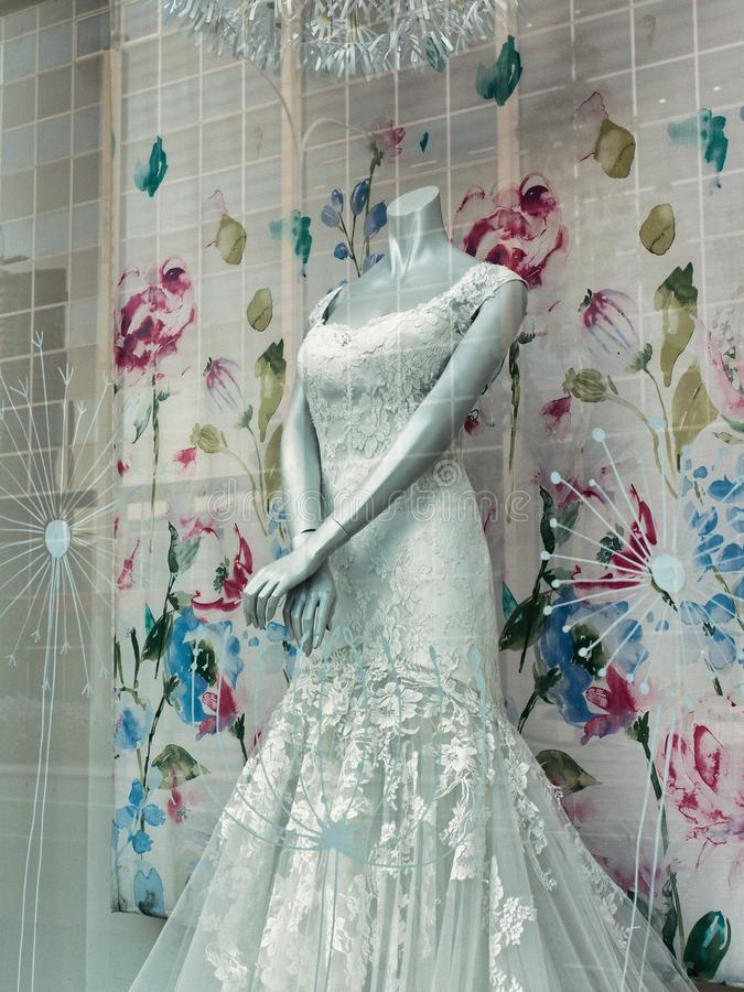 Robe l'épousant blanche formelle dans la fenêtre de magasin photo libre de droits