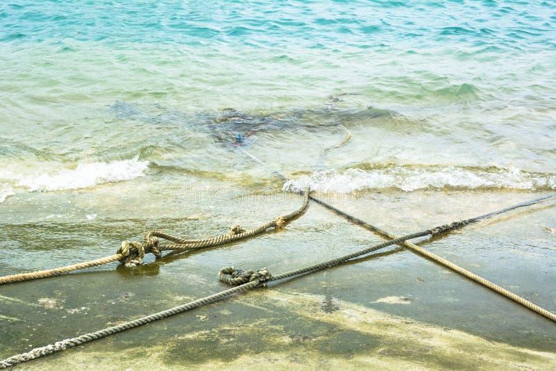 Robe longue blanche d'ancre sur la plage de ciment photo libre de droits
