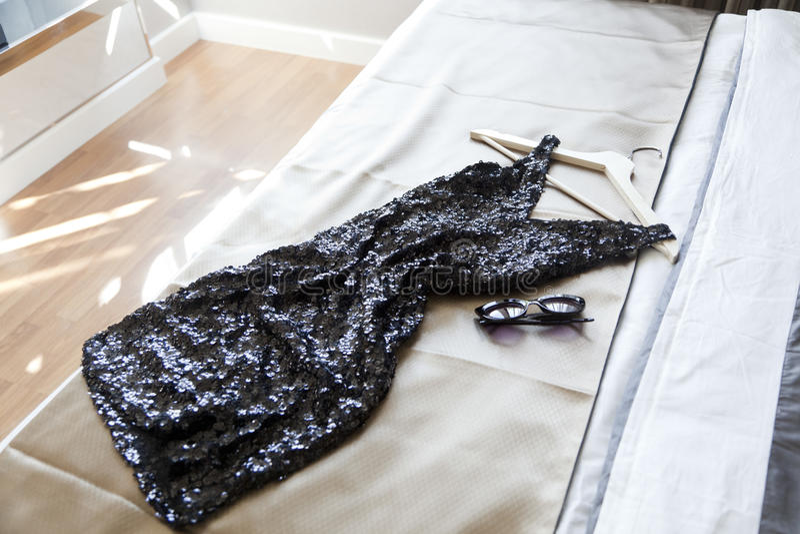 Robe noire sur le lit photos libres de droits