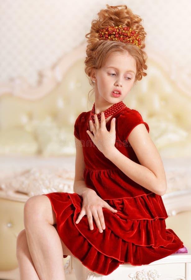 Robe rouge de velours de petite fille image libre de droits