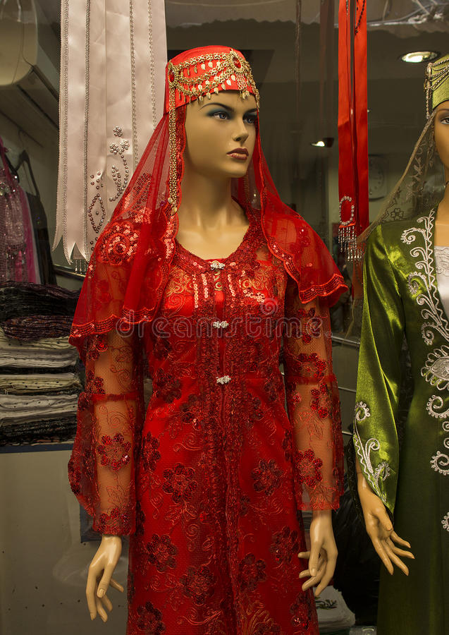Robe rouge pour la soirée turque traditionnelle de henné images stock