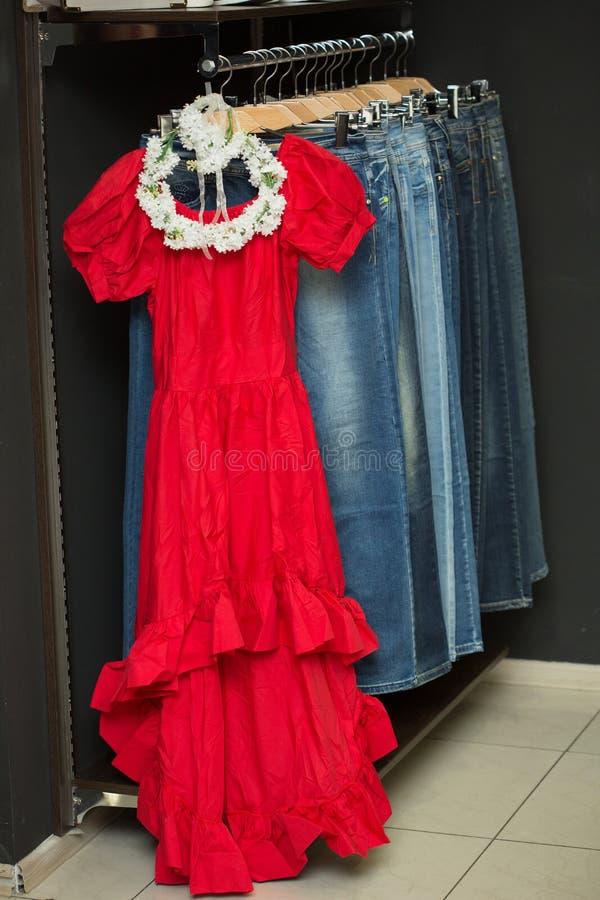 Robe rouge sur un cintre photos libres de droits