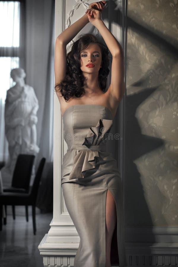 Robe s'usante de belle femme images stock