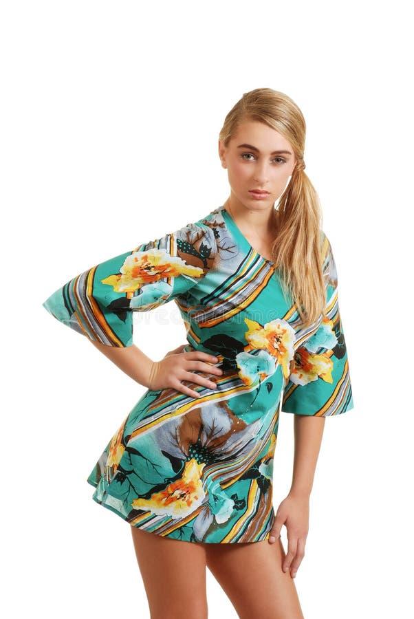 Robe s'usante de fleur d'été de jeune adolescent images stock