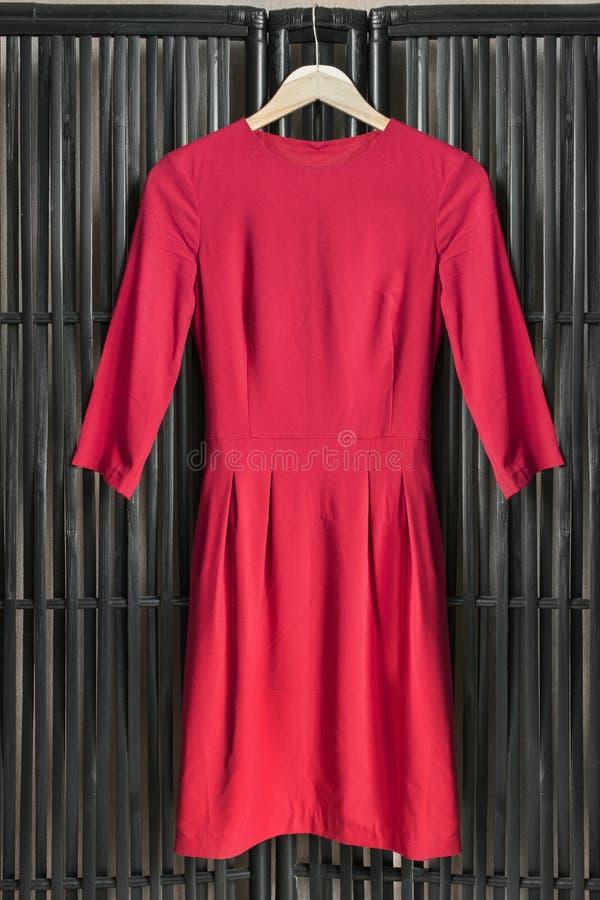 Robe sur le support de vêtements image libre de droits