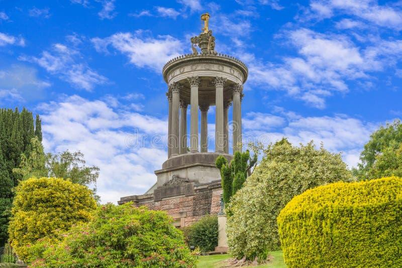 Robert Burns Monument Ayr em um dia de verões com as nuvens do céu azul e da luz branca fotografia de stock