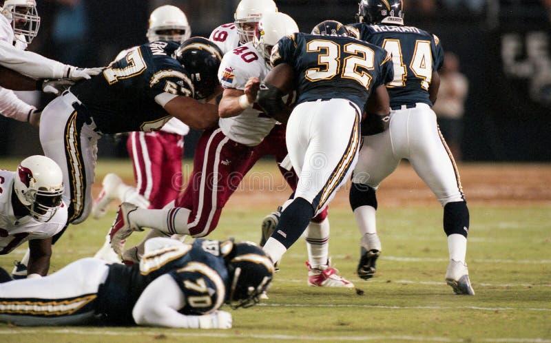 Robert Chancey, RB San Diego Chargers corre em Pat Tillman dos Arizona Cardinals fotos de stock royalty free