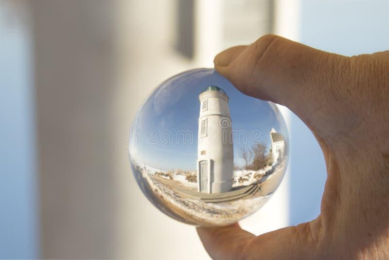 Robert H Manning Lighthouse, Império, Michigan, no inverno, refletindo na bola de cristal imagem de stock royalty free