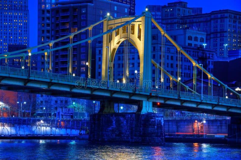 Roberto Clemente Bridge nachts stockbild