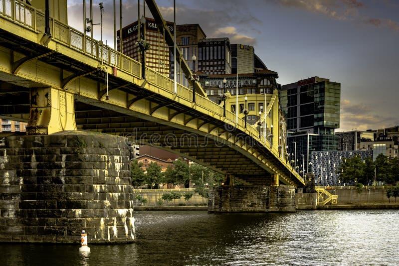 Roberto Clemente Bridge regardant de nouveau à Pittsburgh du centre images stock