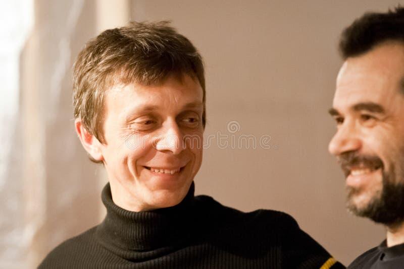 Roberto Drumo Vignandel che sorride a Giulio Masieri dopo la sua prestazione di Audiopaint immagini stock