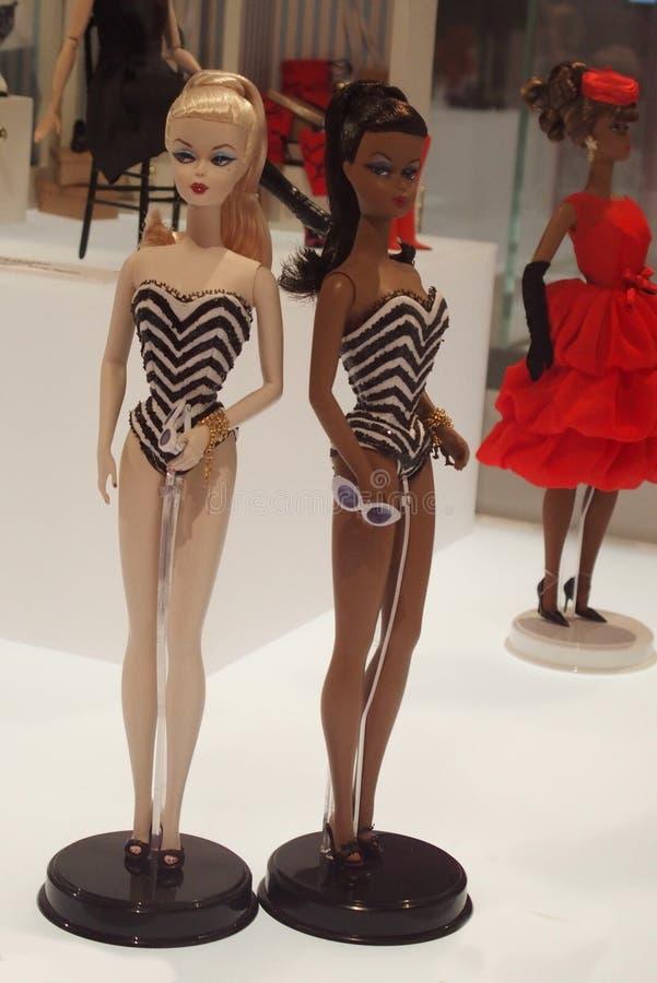 Robes d'été sur différentes poupées de Barbie photographie stock