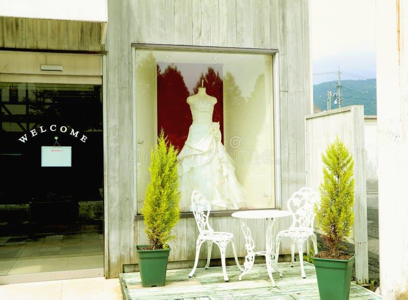 robes de mariage dans la boutique nuptiale image libre de droits